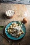 Gnocchi cru, Italien typique faits en plat de pomme de terre, de farine et d'oeufs Image stock