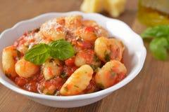 Gnocchi da batata com molho de tomate fotografia de stock