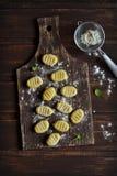 Gnocchi da batata em uma superfície escura foto de stock royalty free