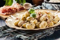 Gnocchi de la patata, bolas de masa hervida italianas de la patata con la salsa de queso, jamón Foto de archivo libre de regalías