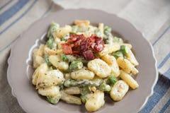 Gnocchi de pomme de terre avec l'asperge verte image stock