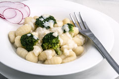 Gnocchi dei broccoli con la salsa di formaggio Immagini Stock Libere da Diritti