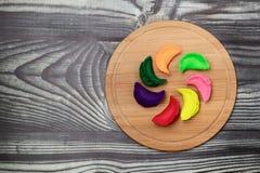 Gnocchi dei colori differenti su un bordo di bambù secondo la ricetta russa tradizionale fotografia stock libera da diritti
