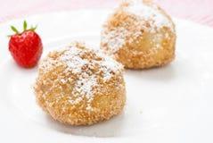 Gnocchi deliziosi con le prugne sul piatto bianco Immagine Stock