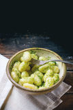 Gnocchi della patata con il pesto Fotografia Stock