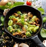 Gnocchi della patata con l'aggiunta del pesto, del formaggio e dei funghi dell'erba Fotografie Stock Libere da Diritti