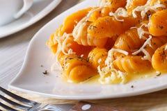 Gnocchi della zucca con formaggio e burro orizzontale immagini stock
