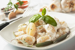 Gnocchi di patata with basilico and cheese sauce Stock Images