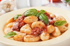 Gnocchi di patata con la salsa di pomodori e di basilico Fotografie Stock Libere da Diritti