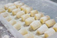 Gnocchi eingesetzt in den Plastikkasten Stockfotos