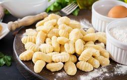 Gnocchi fait maison cru avec de la sauce et un persil à crème de champignon photos stock