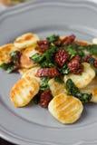 Gnocchi fritado da batata com molho de tomates secados, espinafres Fotografia de Stock