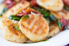 Gnocchi frito de la patata con la salsa de tomates secados, espinaca Imagen de archivo libre de regalías