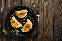 Gnocchi fritti con la cipolla ed il bacon immagini stock libere da diritti