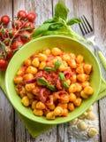 Gnocchi hecho en casa con la salsa de tomate Imagen de archivo libre de regalías