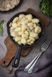 Gnocchi italiano de la patata con la salsa y el queso de setas Imagenes de archivo