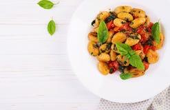 Gnocchi makaron w wieśniaka stylu carpaccio kuchni doskonale stylu ?ycia, jedzenie luksus w?oski Jarski jarzynowy makaron obraz stock