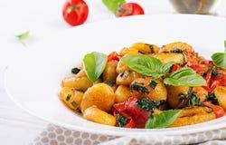 Gnocchi makaron w wieśniaka stylu carpaccio kuchni doskonale stylu ?ycia, jedzenie luksus w?oski Jarski jarzynowy makaron zdjęcia stock