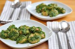 Gnocchi med Pesto Royaltyfria Bilder