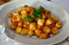 Gnocchi met basilicum Tipical Italiaans voedsel Royalty-vrije Stock Foto's