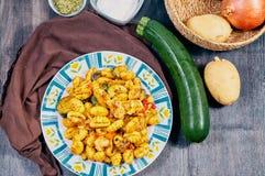 Gnocchi met kip en groenten stock afbeeldingen