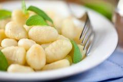 Gnocchi met verse salie stock afbeeldingen
