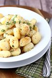 Gnocchi mit brünierter Butter und Kräutern Lizenzfreies Stockbild