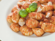 Gnocchi mit Tomate Ragu Stockbild