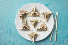 Gnocchi orientali deliziosi di Dim Sum casalinghi sul blu Immagine Stock