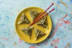 Gnocchi orientali deliziosi di Dim Sum sul piatto giallo Immagini Stock Libere da Diritti