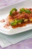 Gnocchi, pastas italianas con albahaca de la salsa de tomate y queso del grana Imagen de archivo libre de regalías