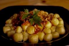 Gnocchi preparado com molho e ervas de tomate fotografia de stock royalty free