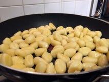 Gnocchi que cozinha em uma frigideira fotografia de stock royalty free