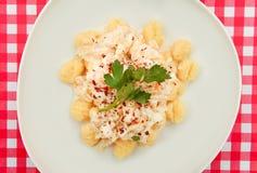 Gnocchi talerz na Czerwonym i białym w kratkę stole Obraz Royalty Free