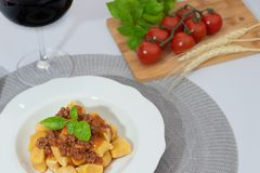 Gnocchi till bolognese royaltyfria foton