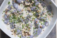Gnocchi violeta de la visión superior fotografía de archivo