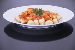 Gnocchi z tomatoe kumberlandem odizolowywał czarnego tło Sao Paulo Brazylia obrazy royalty free