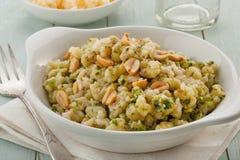 Gnocchikasserolle des strengen Vegetariers auf hölzernem Hintergrund Stockbild