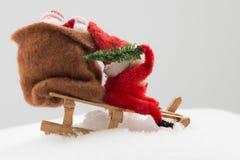 Gnom i röd kläder med påsen av gåva- och julträdet i dig Royaltyfria Bilder
