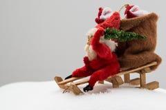 Gnom i röd kläder med påsen av gåva- och julträdet i dig Arkivfoto
