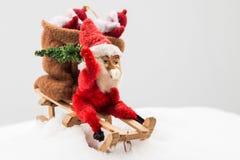 Gnom i röd kläder med påsen av gåva- och julträdet i dig Royaltyfria Foton
