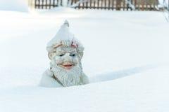 Gnom im Schnee Lizenzfreies Stockfoto