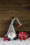 Gnom santa con los regalos de Navidad rojos en estilo rural rústico Fotos de archivo