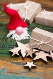 Gnome avec des cadeaux photos libres de droits