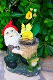 Gnome avec les fleurs jaunes Image stock