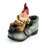 Gnome che si siede su uno stivale. Fotografia Stock
