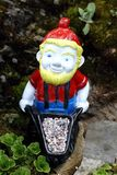 Gnome con il carretto immagini stock libere da diritti