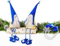 Gnome de jouet dans la séance bleue de chapeau Photographie stock