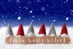 Gnomen, blauer Hintergrund, Schneeflocken, Frohe Weihnachten bedeutet frohe Weihnachten Stockfotos