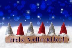 Gnomen, blaues Bokeh, Sterne, Frohe Weihnachten bedeutet frohe Weihnachten Lizenzfreies Stockbild